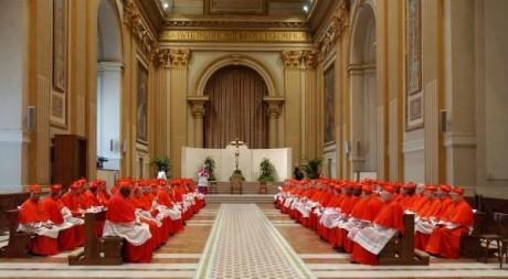 Cardinaux lors du conclave de 2005, Chapelle Sixtine. ©ARTURO MARI / AFP
