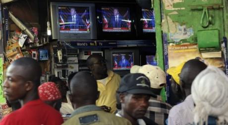 Des Kényans écoutant le discours du président élu, Uhuru Kenyatta, 9 mars 2013, Nairobi. © AFP