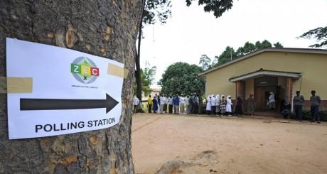 File d'attente devant un bureau de vote, Chitungwiza, 16 mars 2013 / AFP