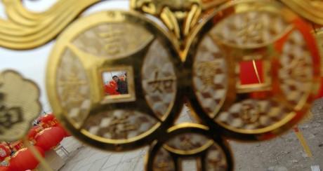 Copie d'une pièce ancienne de monnaie chinoise à Beijing, le 14 janvier 2004. REUTERS/Wilson Chu WC/FA