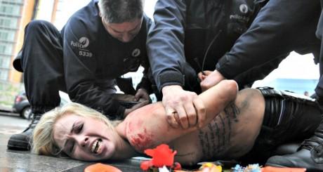 Une membre des Femen arrêtée à Bruxelles le 21 décembre 2012. GEORGES GOBET / AFP