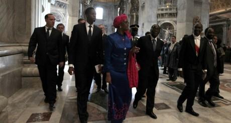 Robert Mugabe, accompagné de sa femme, dans la basilique saint Pierre au Vatican, le 1er mai 2011. REUTERS/Alessandro Bianchi