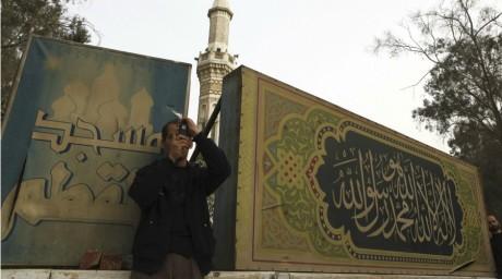 Un homme prend une photo non loin du quartier général des Frères musulmans le 22 mars 2013. REUTERS/Amr Abdallah Dalsh