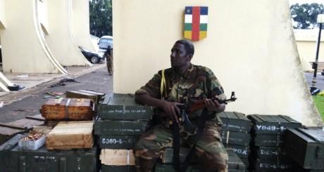 Rebelle de la Séléka devant le palais de François Bozizé le 25 mars 2013. REUTERS/Ange Aboa