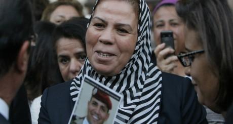Latifa Ibn Ziaten tenant une photographie de son fils, le 19 septembre 2012. REUTERS/Francois Mori/Pool