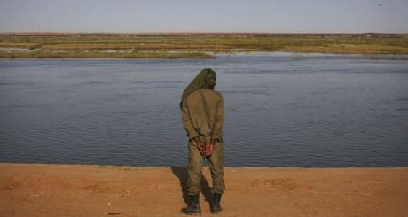 Soldat malien au bord du fleuve Niger, février 2013 / Reuters