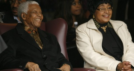 Nelson Mandela et son ancienne épouse Winnie, le 21 août 2008. REUTERS/Howard Burditt