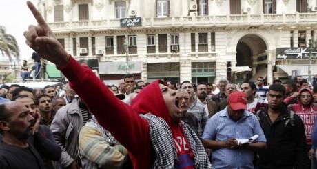Manifestation anti-Morsi devant le bureau du procureur général au Caire le 26 mars 2013.REUTERS/Asmaa Waguih