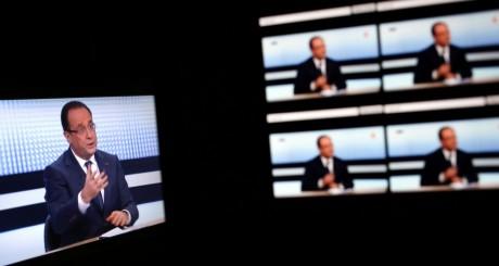 Ecran de télé diffusant l'entretien de François Hollande, 29 mars 2013 / AFP