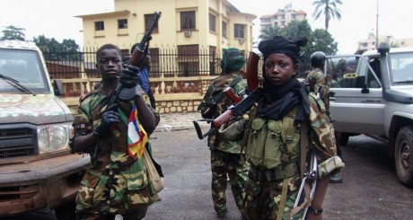 Enfants-soldats combattant dans les rangs de la Séléka à Bangui le 26 mars 2013. REUTERS/Alain Amontchi