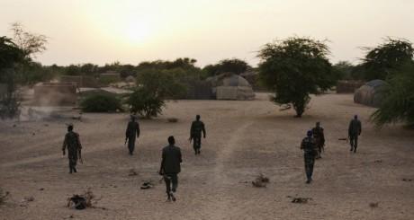 Patrouille de soldats maliens, Kadji, mars 2013 / REUTERS