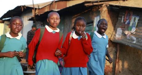 Des écolières vont à l'école à Nairobi au Kenya le 15 février 2013. REUTERS/Noor Khamis