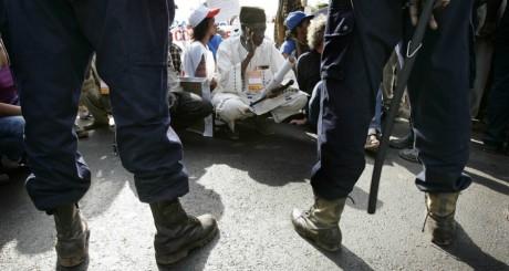 Manifestation devant l'ambassade de France à Bamako le 22 décembre 2006. REUTERS/Juan Medin