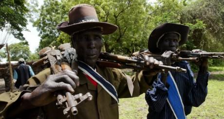 Des habitants du Soudan du Sud portent des kalachnikov le 21 août 2006. REUTERS/Mohamed Nureldin Abdalah
