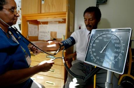 Contrôle de le tension artérielle dan une infirmerie, 2003, Californie / AFP
