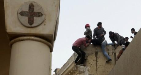 Violents heurts devant la cathédrale Abbasiyya au Caire le 7 avril 2013. REUTERS/Asmaa Waguih