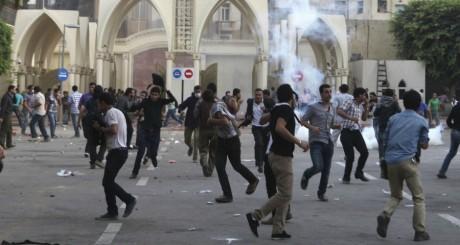 Heurts devant la cathédrale du Caire le 8 avril 2013. REUTERS/Asmaa Waguih