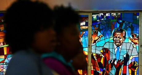Portrait de Mandela sur les vitraux d'une église de Soweto, 31 mars 2013 / AFP