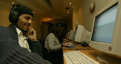 Un café-Internet d'Alger, mars 2004 / REUTERS