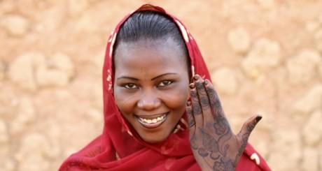 Une jeune haoussa montrant ses tatouages, Agadez, septembre 2011 / Reuters