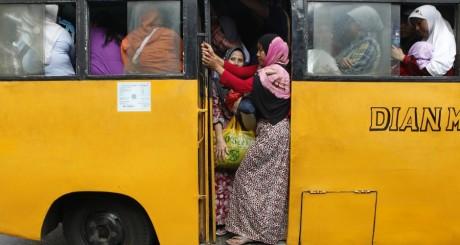 Des Indonésiennes dans un bus, Jakarta, juillet 2012 / REUTERS