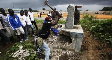 Des partisans de Ouattara détruisent un monument «hanté» par supporters de Laurent Gbagbo. REUTERS/Emmanuel Braun