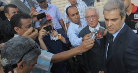 Le prince Moulay Hicham (à droite) répondant aux journalistes, Casablanca, 2012 / AFP