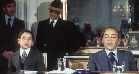 Hassan II (droite) et Mohammed VI (alors encore prince Sidi Mohammed) à Paris, 1976 / AFP