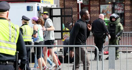 La police américaine sur les lieux de l'explosion, Boston, 15 avril 2013 / AFP