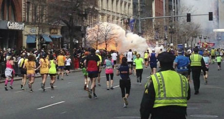 Explosion alors que les coureurs se dirigent vers la ligne d'arrivée, Boston, 15 avril 2013 / REUTERS