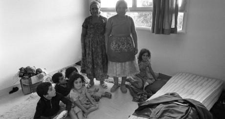 Une famille algérienne déménage dans un immeuble après la démolition des bidonvilles d'Argenteuil, en 1970. AFP