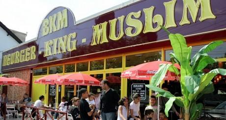 Fast Food halal, Clichy-sous-Bois, le 10 août 2005. Jacky Naegelen/ Reuters