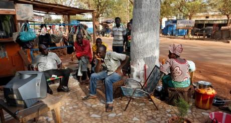 Des maliens devant un poste de télévision, Bamako, février 2013 / AFP