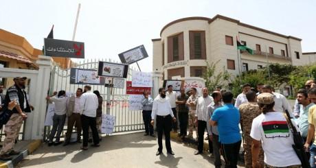 Des hommes armés encerclent le ministère de Affaires étrangères, Tripoli, 28 avril 2013 / AFP