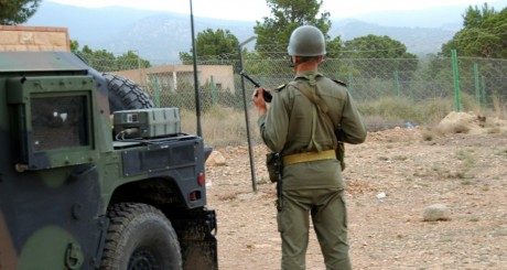 Un soldat tunisien face au mont Chaambi, Kasserine, 1er mai 2013 / AFP