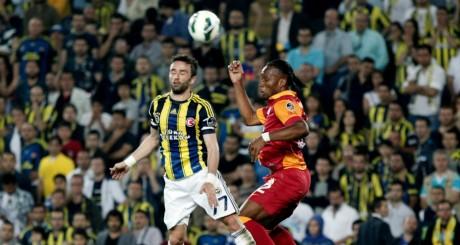 Didier Drogba (droite) contre Gokhan Gonul du Fenerbahce, le 12 mai , Istanbul / REUTERS