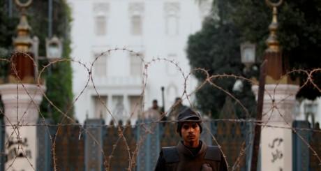 Un garde devant le palais présidentiel égyptien / REUTERS