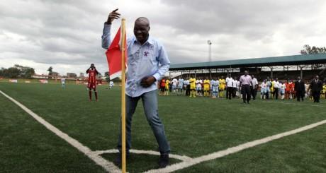 Roger Milla avec des éleèves d'une école de football, Nairobi, mai 2010 / REUTERS