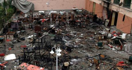 Un restaurant espagnol détruit après l'un des cinq attentats de Casablanca, mai 2003 / REUTERS
