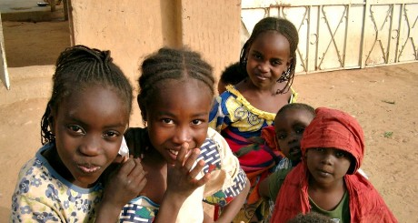 Enfants maliens devant une école / Flickr CC