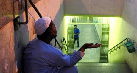 Un mendiant dans un métro du Caire, Egypte / REUTERS