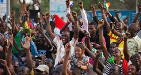 Des jeunes Maliens sur la place de l'Indépendance, Bamako, février 2013 / REUTERS