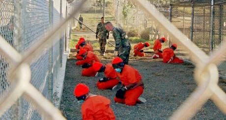 Des prisonniers dans le centre de détention de Guantánamo, 2002 / REUTERS
