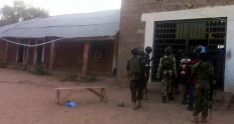 Militaires nigérians devant la prison de Maiduguri / Reuters