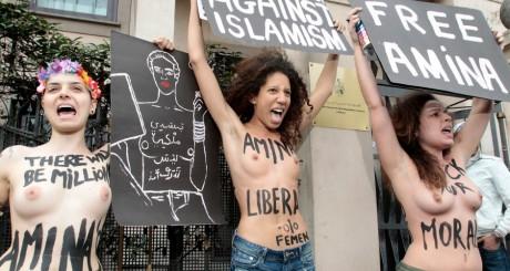 Femen manifestant seins nus en soutien à Amina devant le consulat tunisien de Milan en avril 2013 / REUTERS