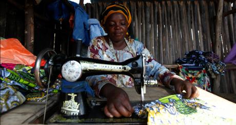 Une couturière malienne dans son atelier / REUTERS