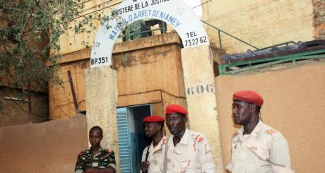 Des gardiens devant la prison de Niamey, 02 juin 2013 / AFP