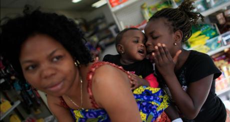 Une mère et sa fille, Illinois, 5 mai 2012. REUTERS/Jim Young