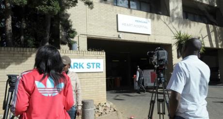 Des journalistes devant la clinique où Mandela serait hospitalisé, Pretoria, 9 juin 2013 / AFP