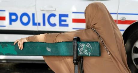 Voiture de police devant une femme en niqab, Lille, septembre 2012 / Reuters